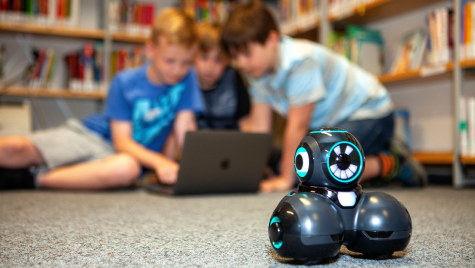 Wesseling Digital: Kinder am Laptop programmieren Mini-Roboter